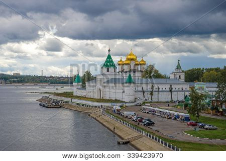 Kostroma, Russia - September 08, 2016: Holy Trinity Ipatiev Monastery Under A Stormy Sky In Septembe