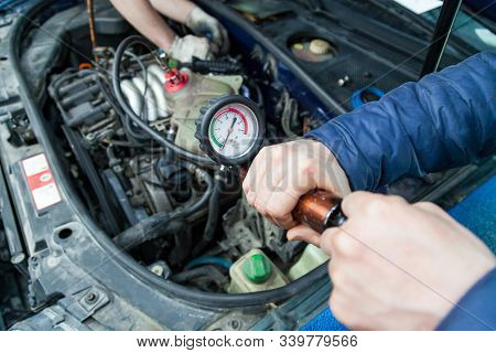 Pressure Build-up In A Tank With Antifreeze For Forcing Air Plugs In The Engine Cooling System Repla