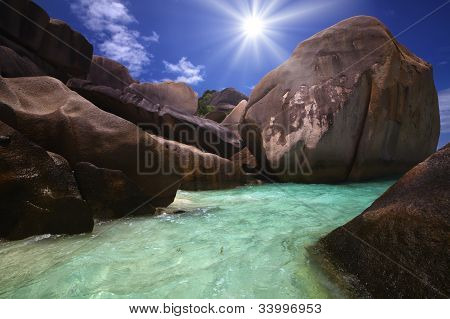 riesige Felsen gerollt bis in die Ozeane Ufer und die schöne Sonne