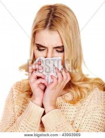 Junge Frau mit Taschentuch unter kalt. Isoliert.