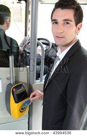 Retrato de un hombre en transporte público
