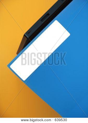 Etiqueta vacía en la carpeta azul