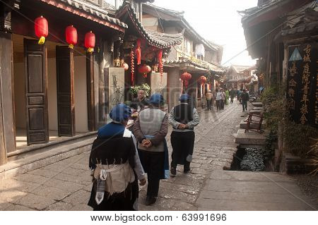 Naxi Crowd Walking In Lijiang Old Town.