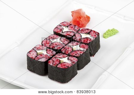 The mosaic sushi roll with tuna and tobico.