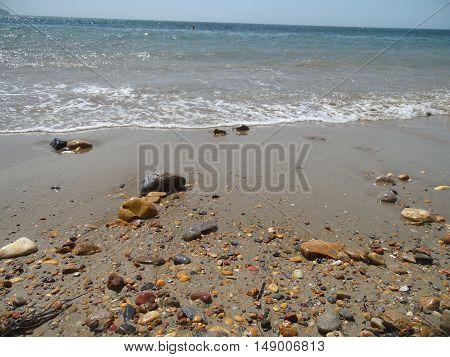 playa de arena blanca con rocas y olas