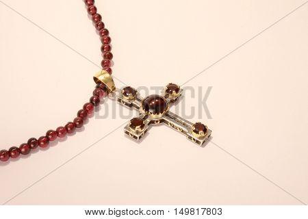 Croce bizantina in oro giallo e oro bianco e granati poster