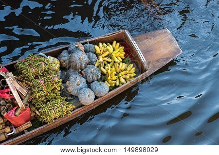 Damnoen Saduak floating market, Traditional fruit shop on boat.