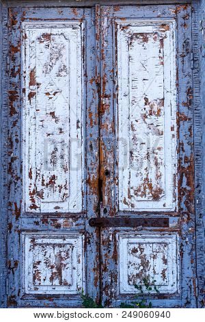 Texture Of A Wooden Door. A Wooden Door With Peeling Paint. The Old Paint Will Climb From The Old Wo