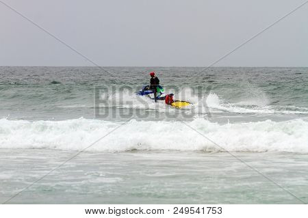 Mission Bay, Ca-usa-11 July 2018 - Lifeguard Rides Surf Rescue Jet Ski Out Past The Break Line To Ma