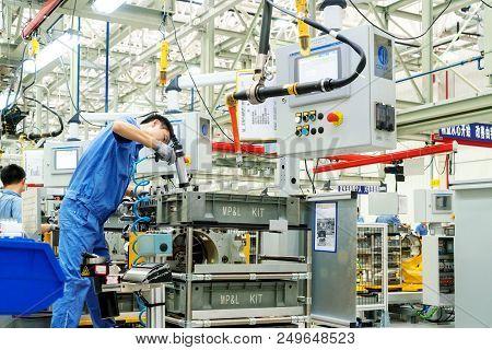 Jiangxi China-september 1, 2017, Jiangxi Nanchang Jiangling Motor Group Company, The Workers Are Ass