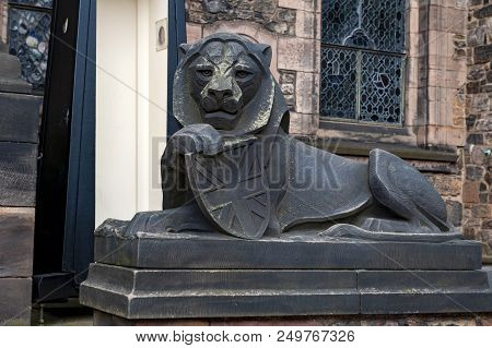 Edinburgh, Scotland - April 2018: Lion Sculpture At Building Entrance Of Scottish National War Memor