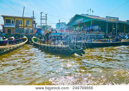 Nyaungshwe, Myanmar - February 19, 2018: The Boaters Prepare Their Canoes For The Trips To Inle Lake