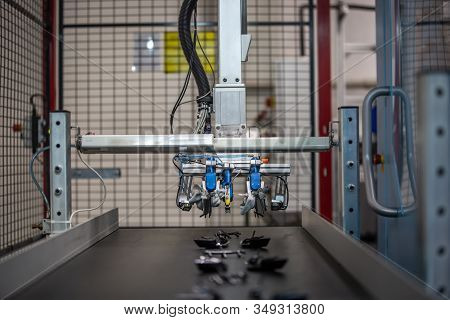 Automatic Machine For Getting The Plastic Moldings From Injection Molding Machine, Automotive And In