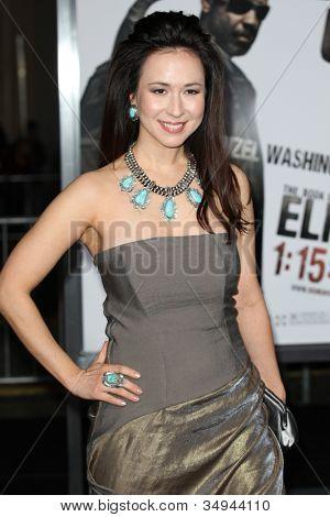 Hollywood jan 11: Lora Cunningham beachtet das Buch von Eli am 11. Januar 2010 Premiere auf dem Grauman