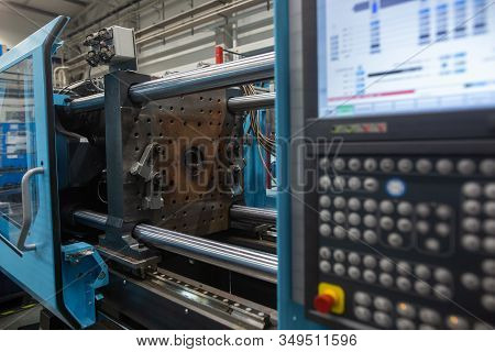 Huge Injection Molding Machine Without Fixture, Ready For The Plastic Articles By Injecting Heated M