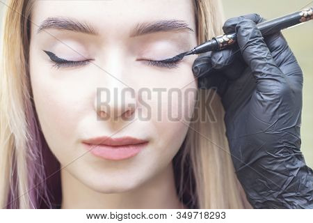 Make-up Artist Puts Makeup On The Girls Eyes. Eyeliner. Make Eyeliner Eyeliner. Beauty Saloon