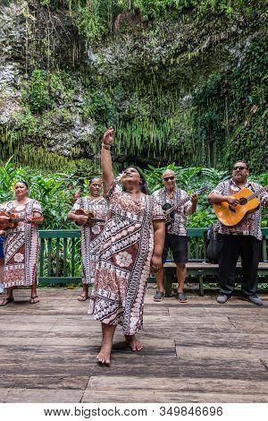 Kamokila Village, Kauai, Hawaii, Usa. - January 16, 2020: Local Folk Band Performs On Stage In Front