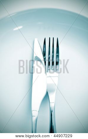 a dinner set formed by a plate, a knife and a fork