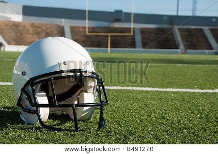 American Football Helm auf Feld