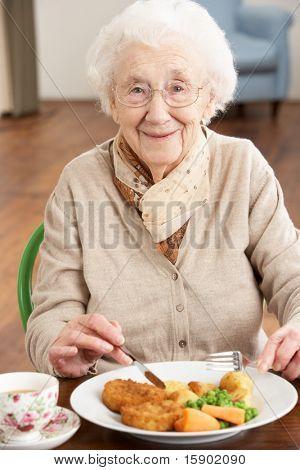 Senior Woman genießen Mahlzeit