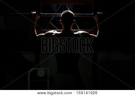 Siluet Male Bodybuilding Athlete Doing Pull Ups