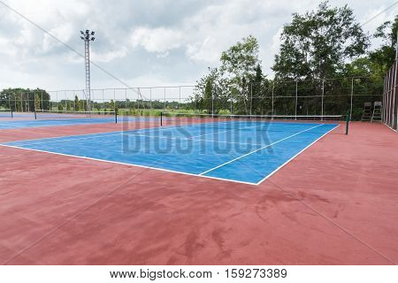 Tennis court empty in countryside : Tennis court