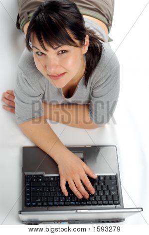 weiblich working auf laptop