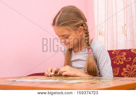 The Girl gladly collect picture of puzzles