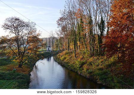 Der Fluss Möhne bei Güüne im Herbst