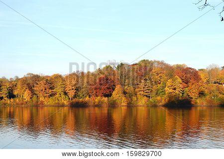 Das Überlaufbecken der Möhne bei Günne im Herbst