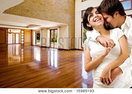 Junge glückliche Paar in ihrem neuen Haus