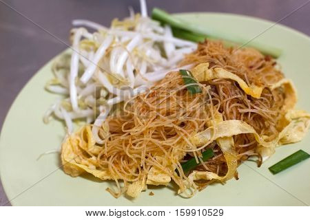 Stir-fried noodles with slice omelette and vegetables.