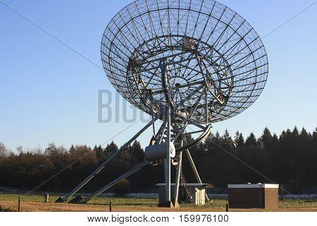 grote grijze radio telescoop in bos westerbork