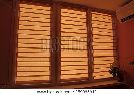 Modern Jalousie Day And Night Horizontal In Room With Conditioner