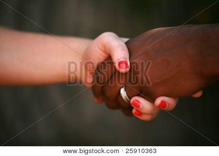 eine schwarz weiß und männlich weiblich schütteln sich die Hände