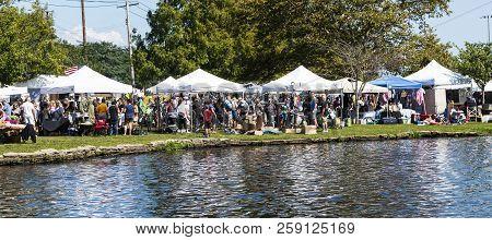 Babylon, Ny, Usa - 16 September 2018: Vendors Line Argyle Lake In Babylon Village During The Annual
