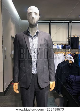 Stylish business suit on a mannequin in a male clothing shop.
