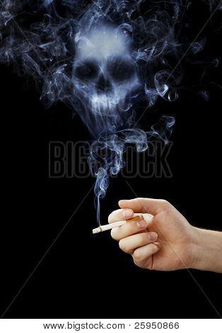 Mão segurando um cigarro com fumo mortal.