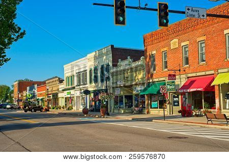 Hudson, Oh - July 28, 2018: A View Along North Main Street With Shops, Cafes, And Businesses As The