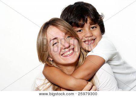 Madre con el hijo aislado sobre fondo blanco