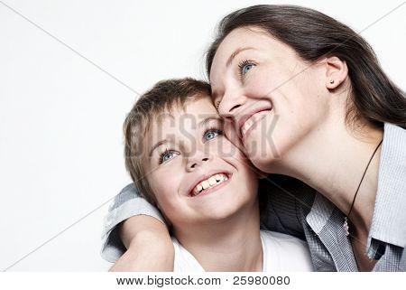 Madre feliz con el hijo aislado en fondo claro