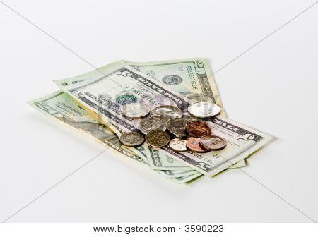 Münzen auf Dollar-Scheine gestapelt