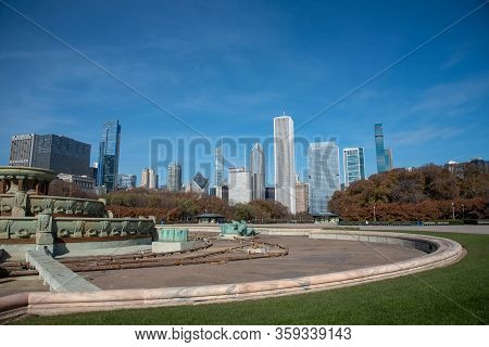Buckingham, Fountain With Downton Chicago On The Background