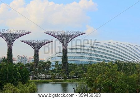 Marina Bay, Sg - Dec. 16: Gardens By The Bay Overview On December 16, 2016 In Marina Bay, Singapore.