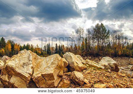 Суровые пейзаж с камнями на переднем плане