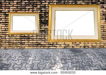 Velha parede de tijolos e molduras para fotos.