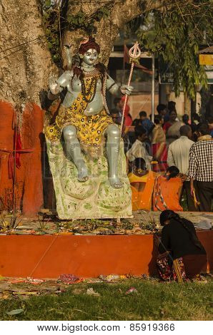 hindu devotee praying to shiva