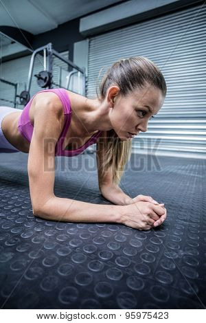 Close up view of a muscular woman on a plank position