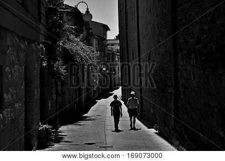 Arezzo strada vacanze bianconero sole Toscana lampione
