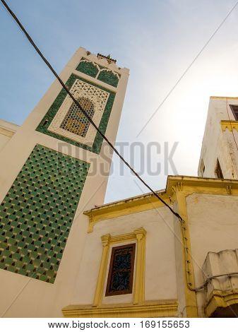 Minarett einer Moschee in der Medina Tangers im Abendlicht, Marokko